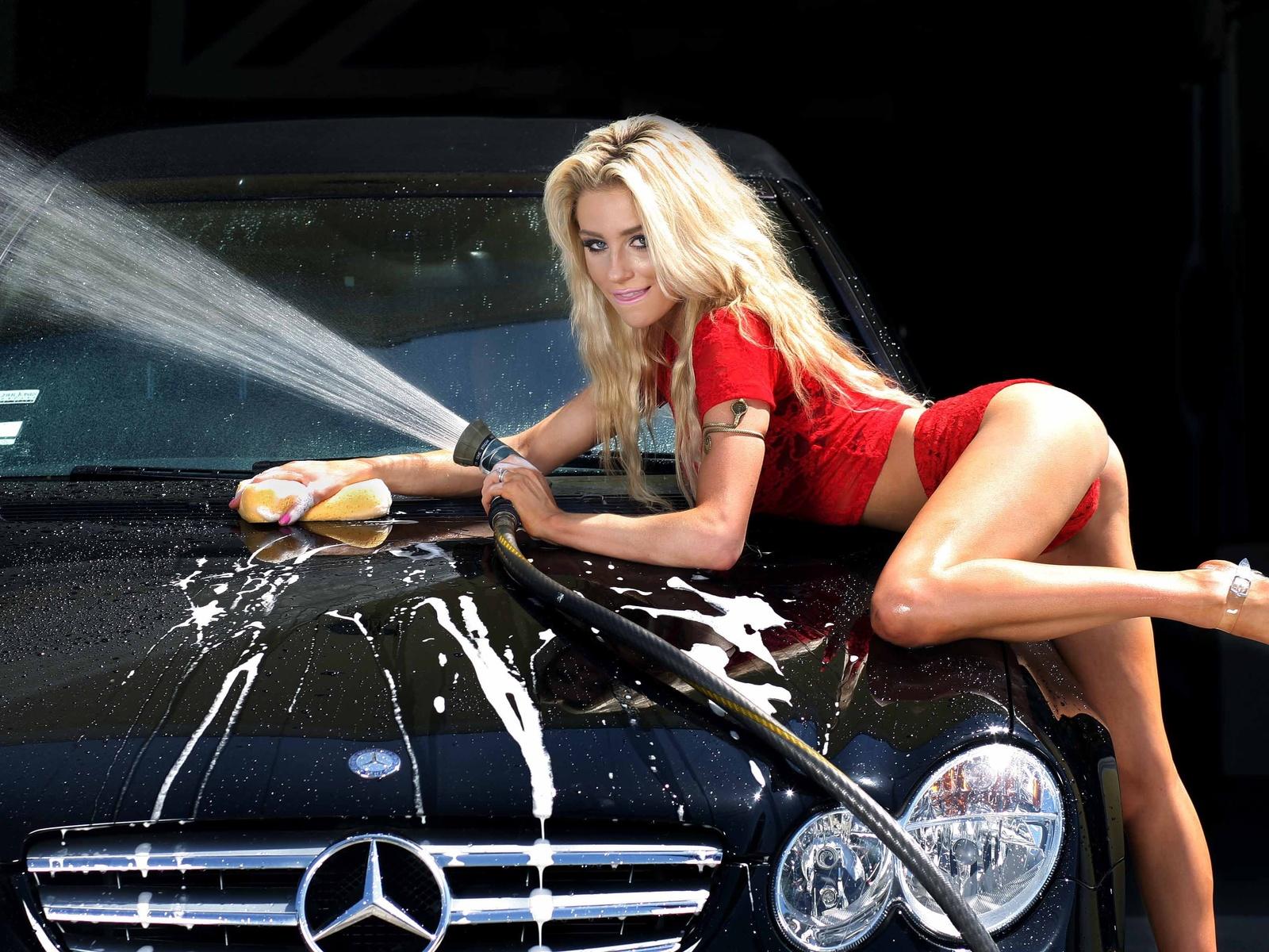 Красивая девушка моет машину видео #6