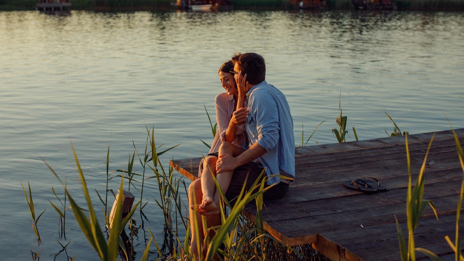 видео парень с девушкой на озере предлагаю вашему вниманию