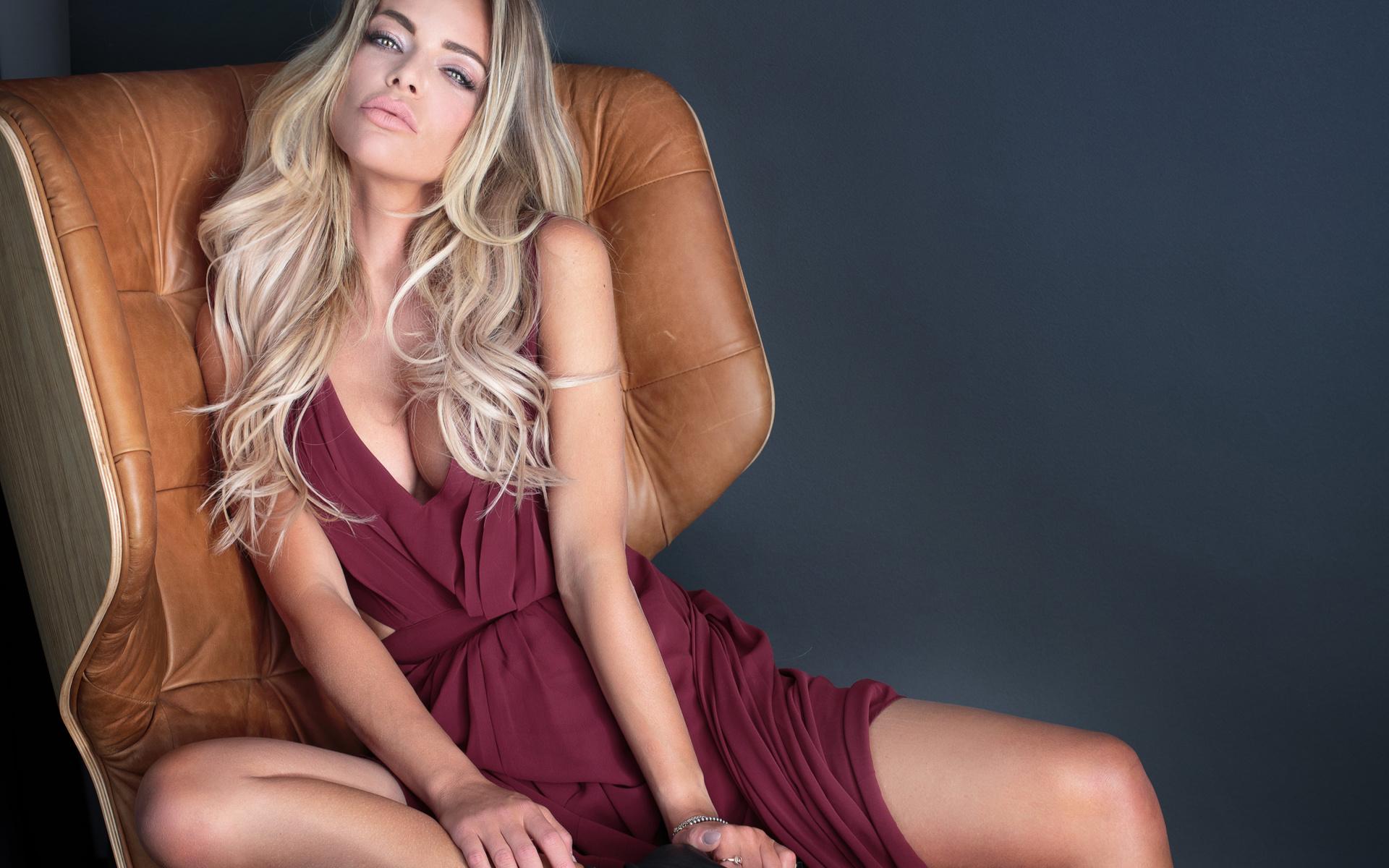 Красивая блондинка сидящая в кресле картинки