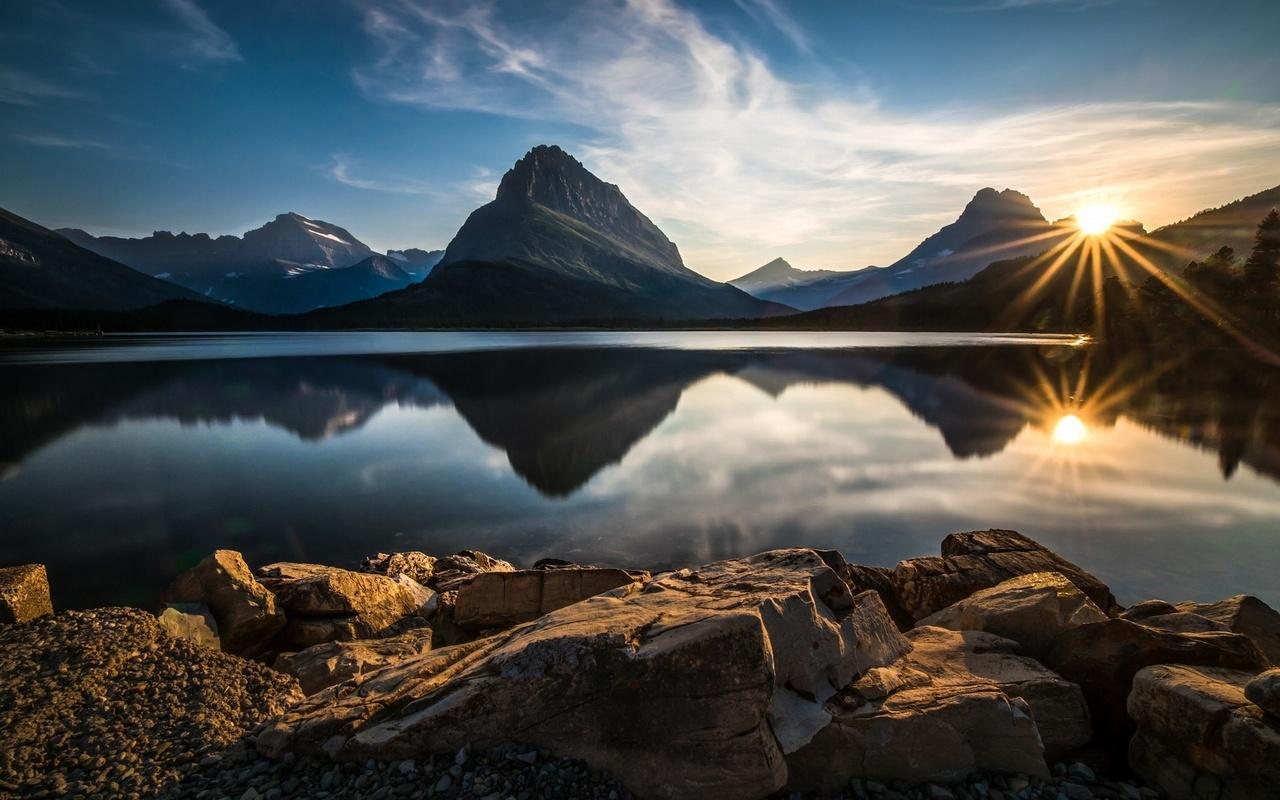 природный ландшафт ледник национальный парк озеро отражение закат, горы солнечные лучи, облака waterstones национальный парк