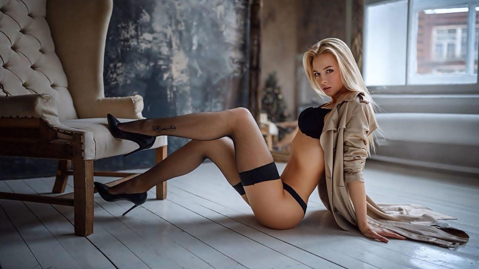 девушка, юная, блондинка, красавица, модель, одежда, платье, бельё, бюстгальтер, трусы, чулки, татуировка, туфли, секси, поза
