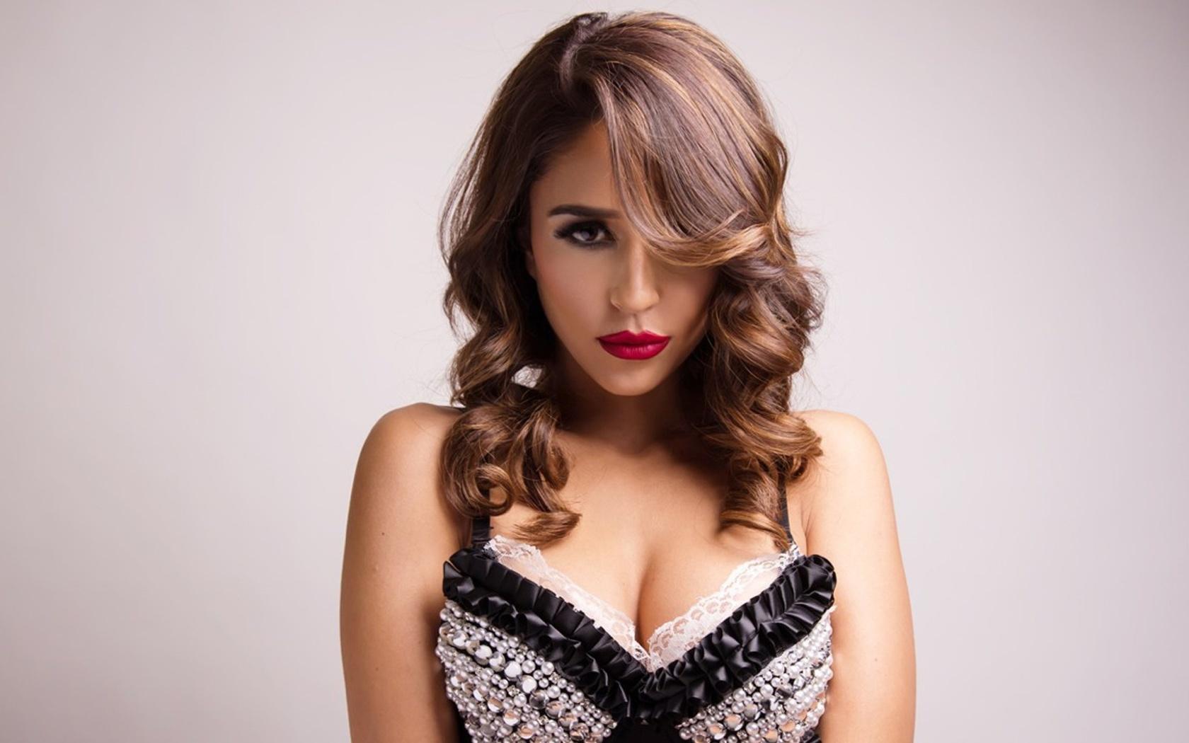 hot-pretty-woman-prriod