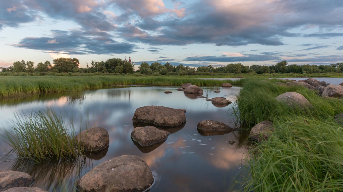 природа, пейзаж, речушка, берег, травы, камни, деревья, церковь, небо, облака
