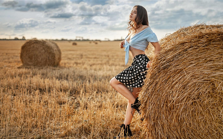 поле, девушка, природа, поза, юбка, ботинки, сено, блузка, шатенка, локоны, алексей юрьев
