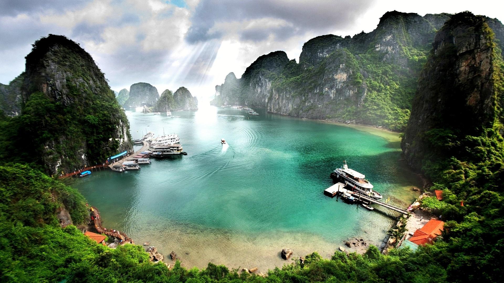 ппляж.тропический лес облака, море, корабль лодки, горные породы, остров ha long bay вьетнам
