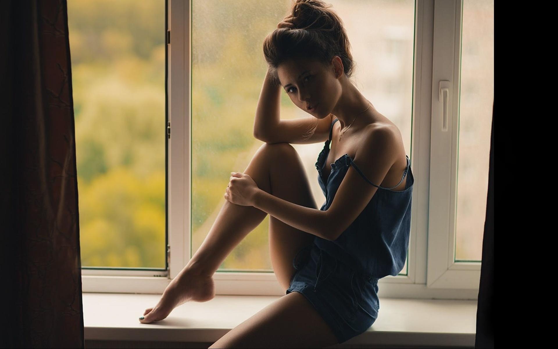 Самые красивые фотомодели у окна