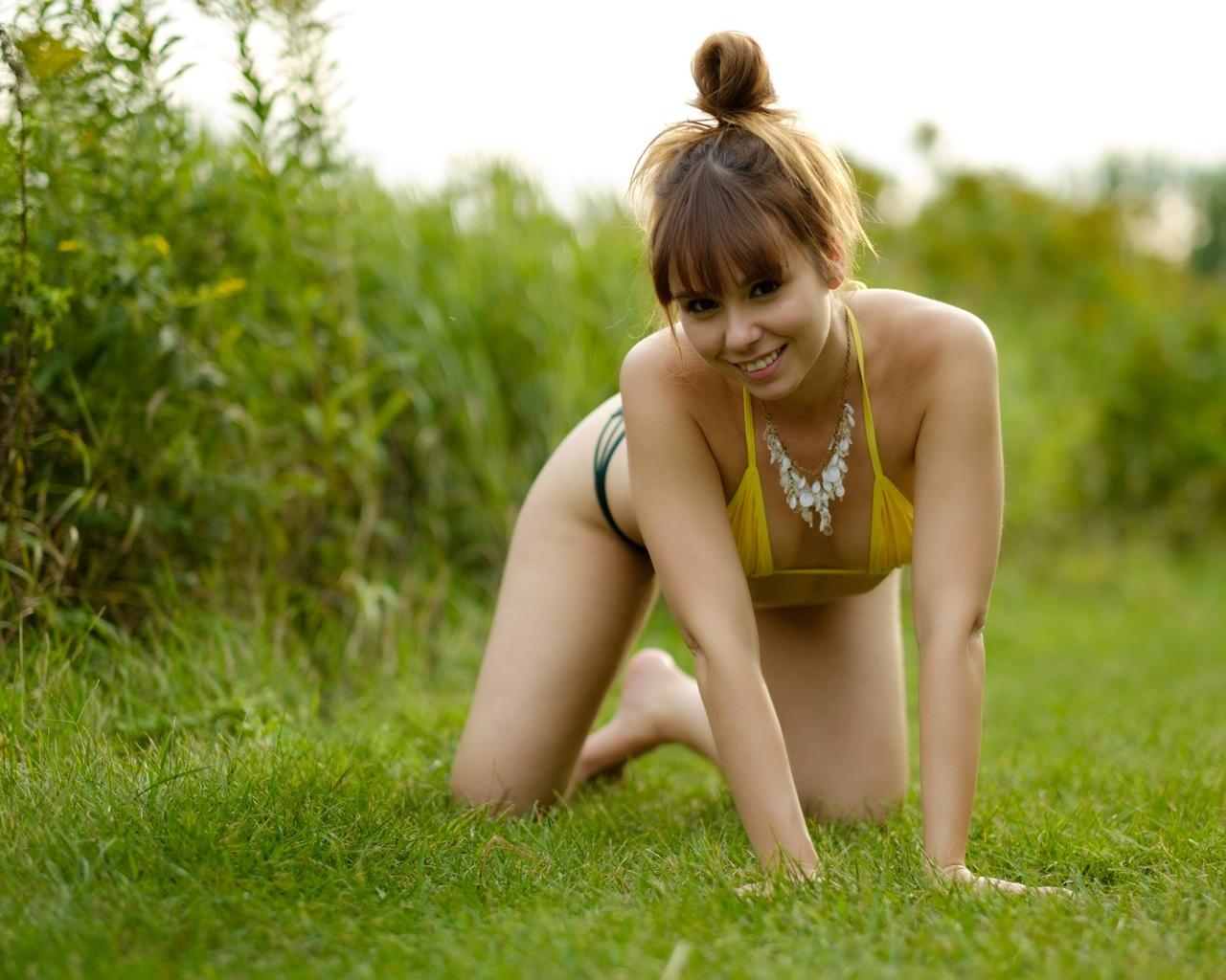 lalo landa, девушка, трава, улыбка