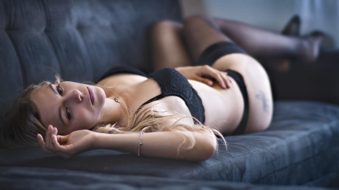 девушка, блондинка, взгляд, нижнее бельё, чулки, диван, украшения, браслет, цепочка