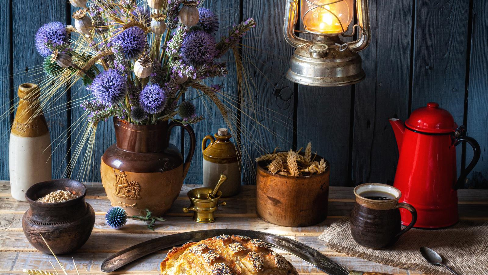 натюрморт, керосиновая лампа, букеты, хлеб, васильки, кофе, доски, стена, колос, кружка, разделочная доска, еда