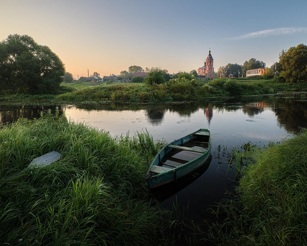 лето, трава, деревья, пейзаж, природа, лодка, деревня, берега, речушка, григорий бельцев