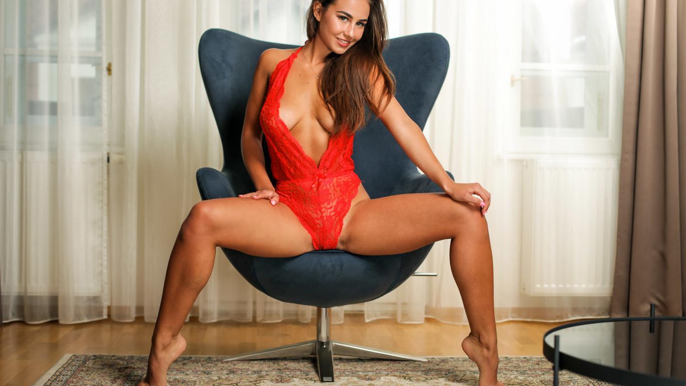 девушка, кресло, шторы