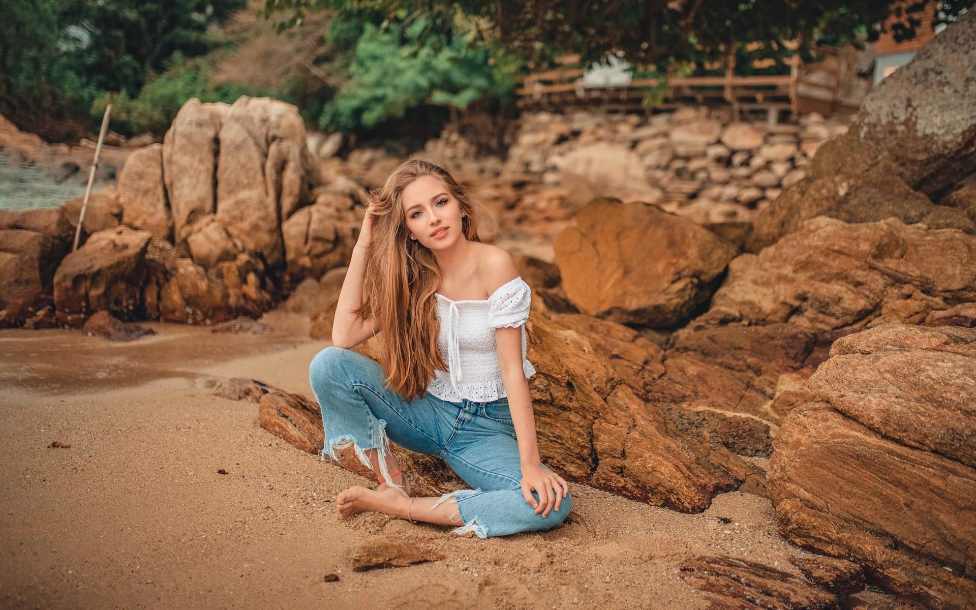 песок, девушка, природа, поза, камни, джинсы, блузка, плечо, босая, русая