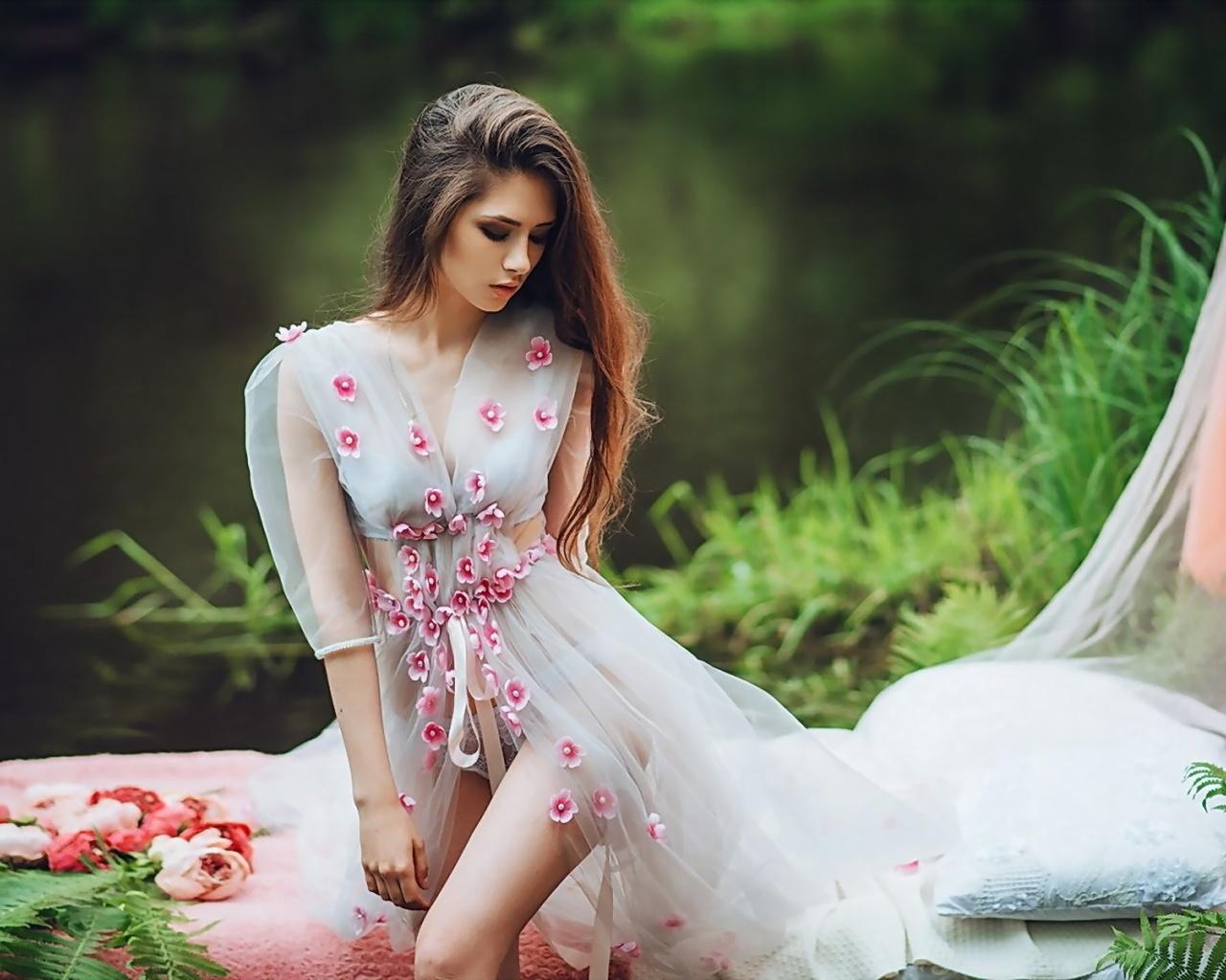 зелень, трава, взгляд, поза, пруд, фон, модель, портрет, макияж, платье, прическа, шатенка, красотка, в белом, боке, sonya