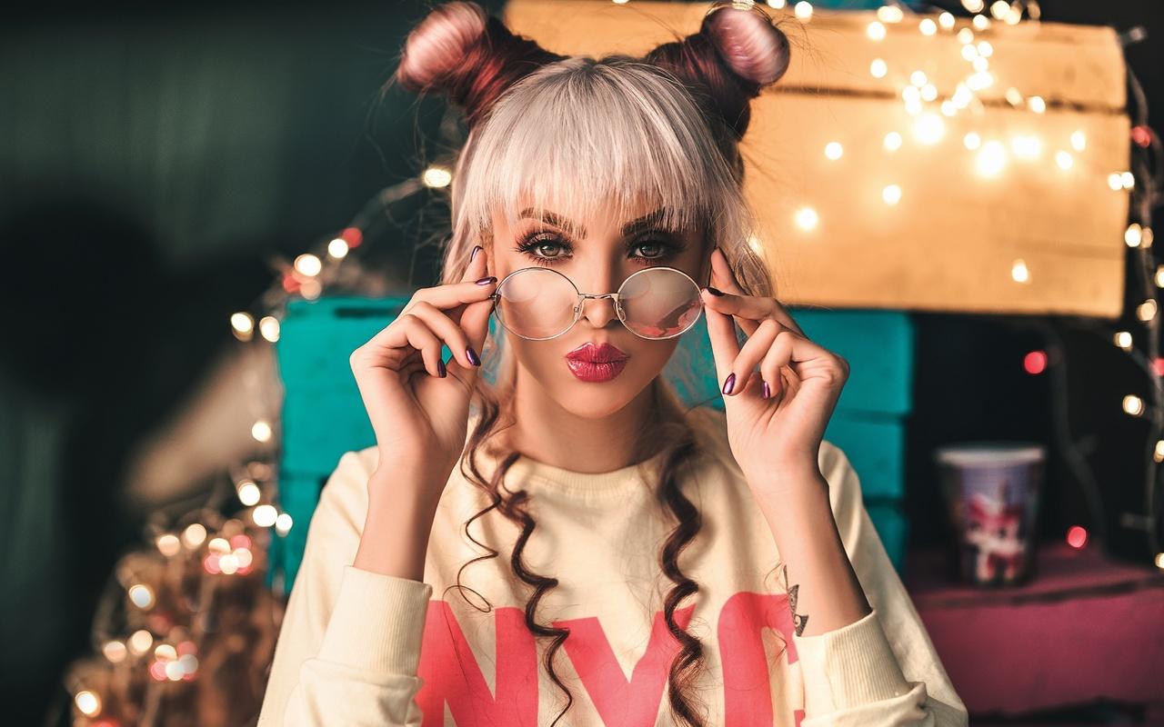 взгляд, девушка, макияж, очки, блондинка, ящики, причёска, гирлянда, кудри, лампочки, коробки, маникюр, чёлка, пучки, ali pazani