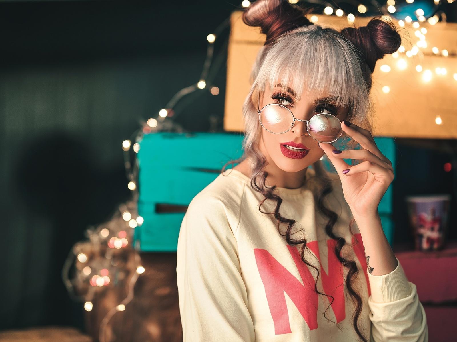 взгляд, девушка, макияж, очки, блондинка, ящики, причёска, гирлянда, лампочки, коробки, маникюр, пучки, ali pazani