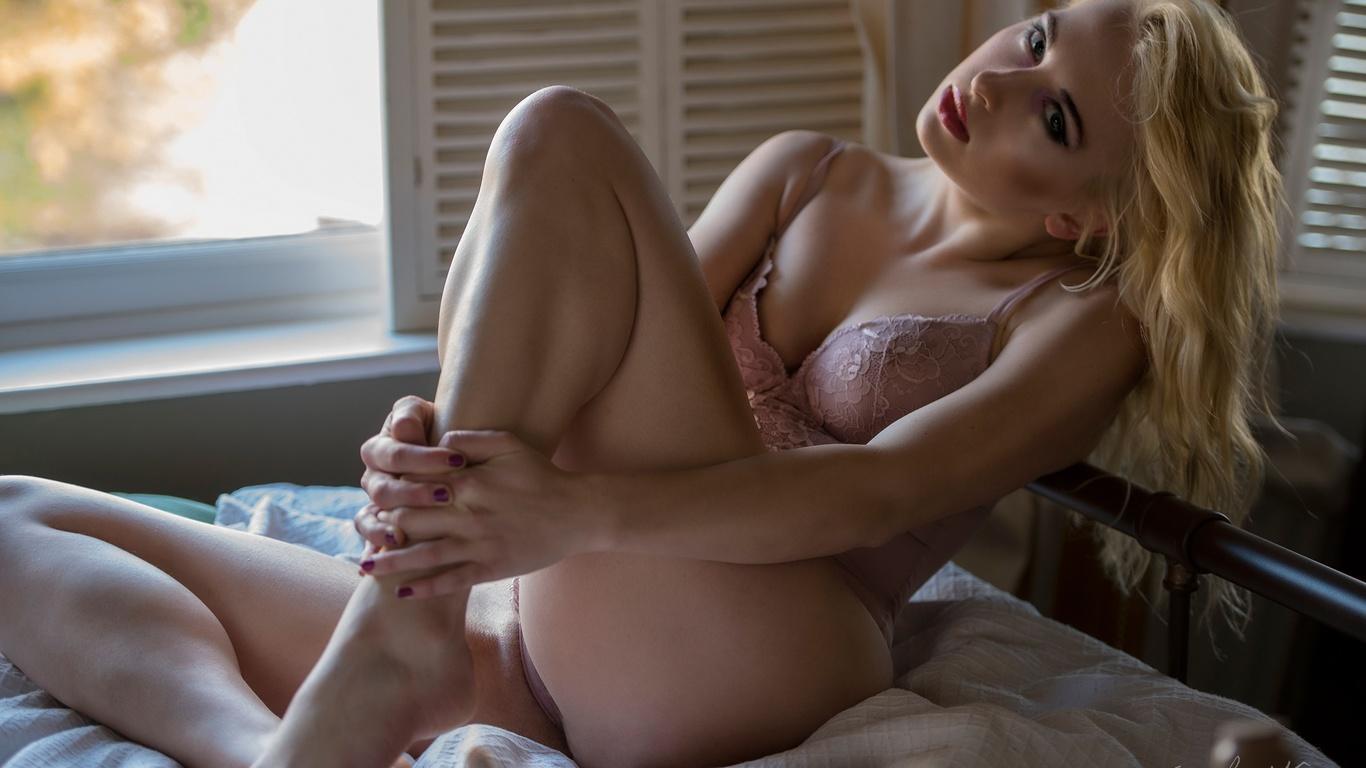 jack russell, девушка, сидит, кровать, блондинка, окно