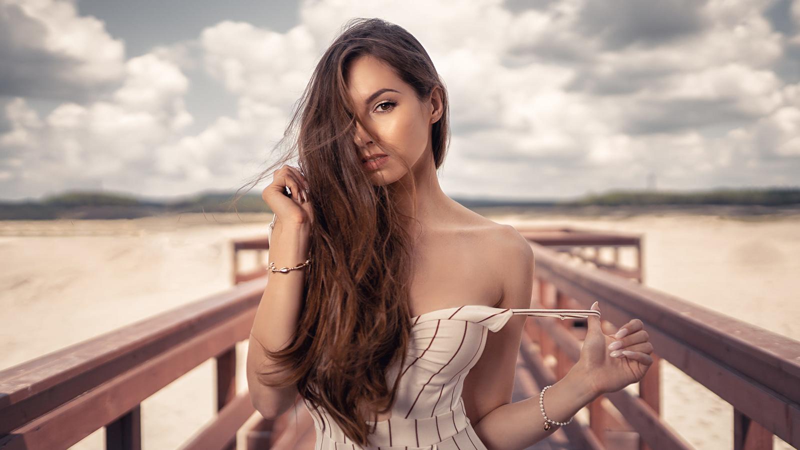 песок, пляж, девушка, украшения, платье, шатенка, браслеты, плечо, мосток