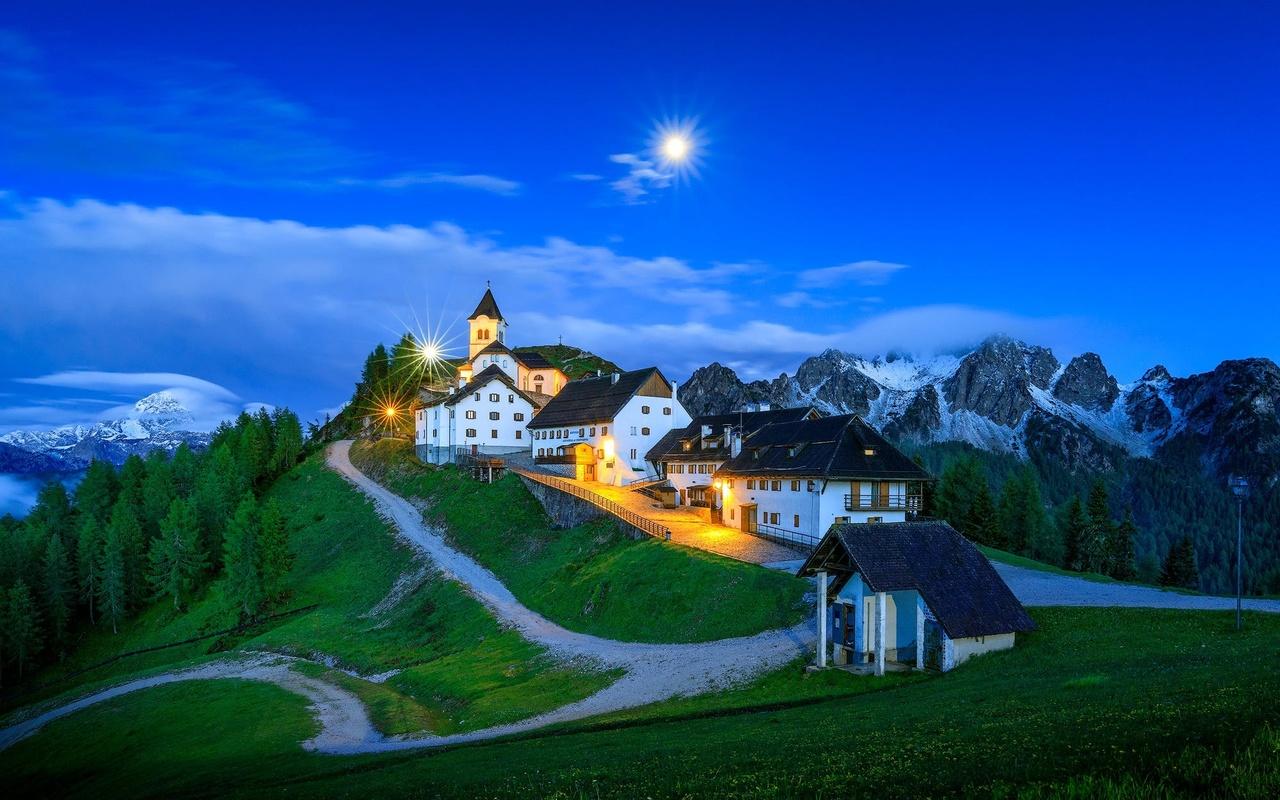 пейзаж, горы, природа, дороги, дома, италия, церковь, сумерки, деревушка, доломиты, monte lussari, освещение