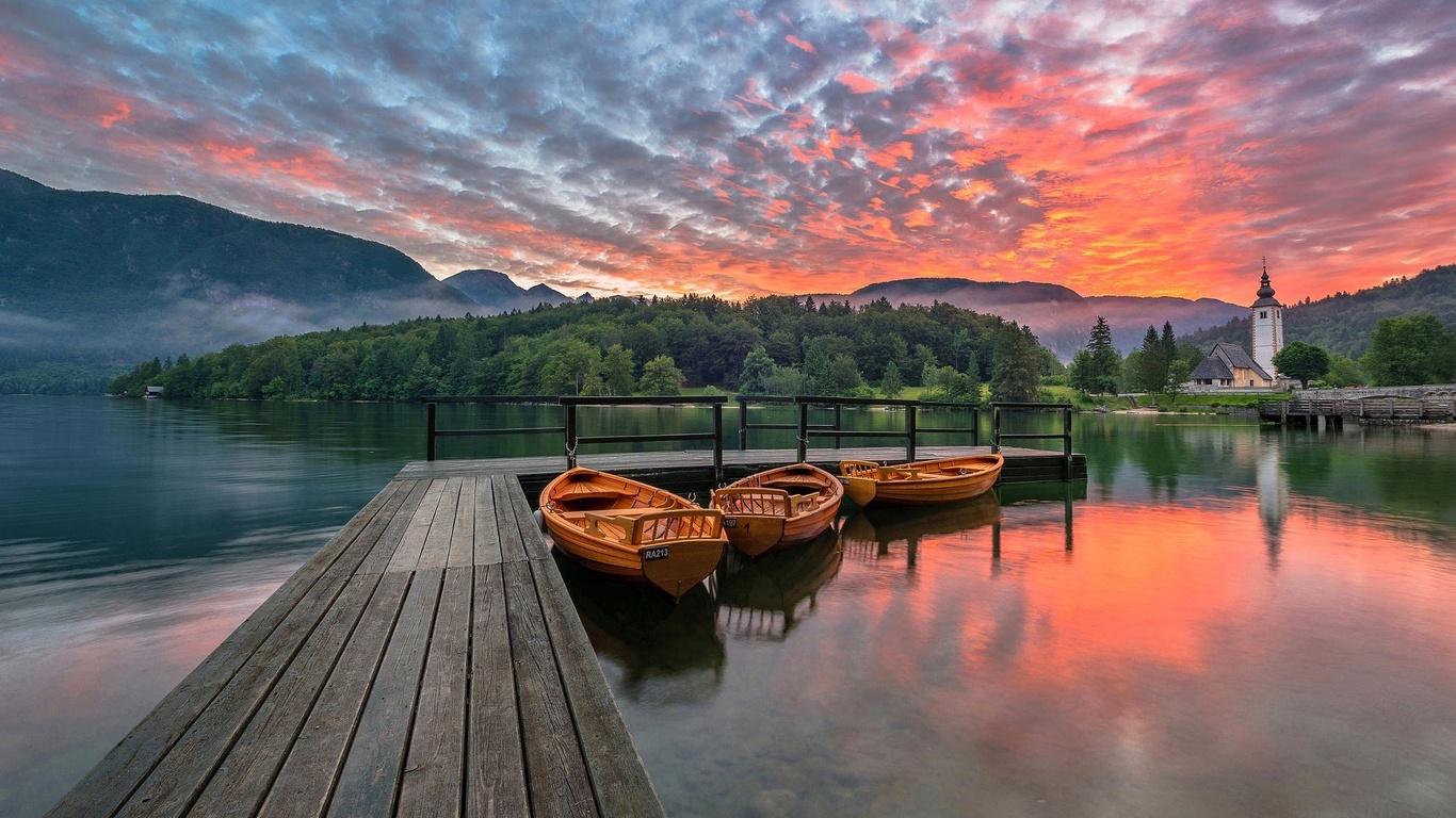 деревья, пейзаж, природа, туман, лодки, утро, причал, церковь, словения, бохинское озеро, мосток, bohinj lake
