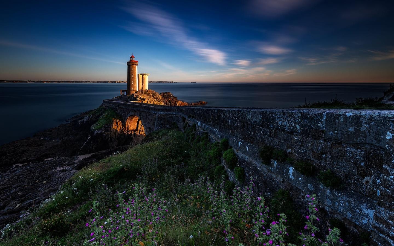 дорога, море, пейзаж, закат, камни, берег, франция, маяк, травы, бретань, phare du petit minou