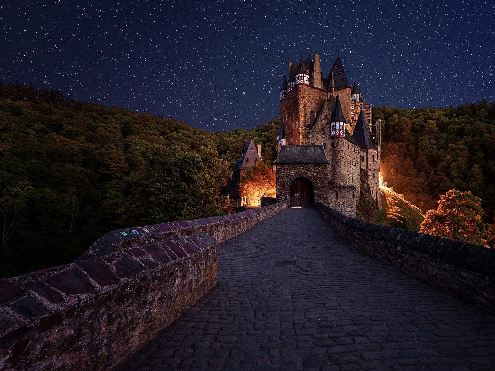пейзаж, дорога, лес, небо, ночь, мост, звёзды, германия, освещение, замок эльц, burg eltz
