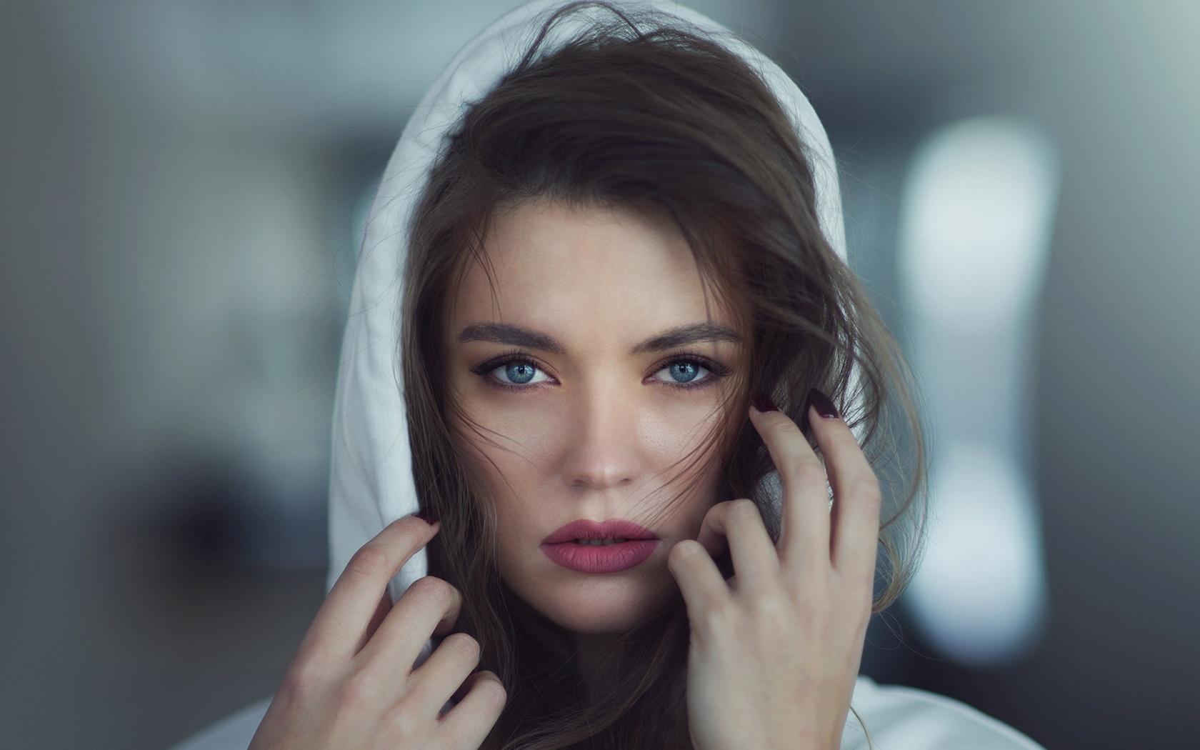 девушка, лицо, руки, взгляд