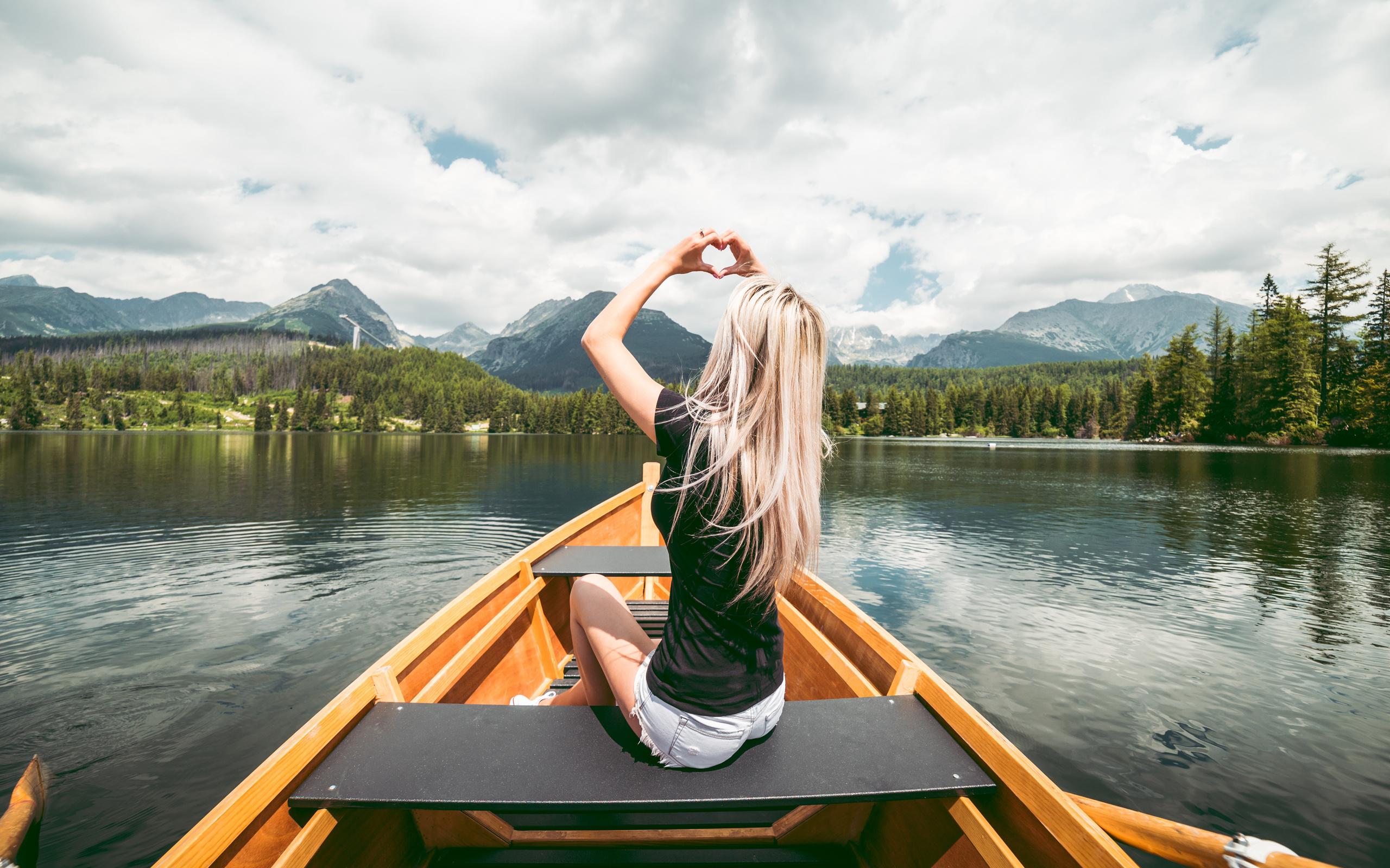 лодка, блондинка, сидит, руки, сердце