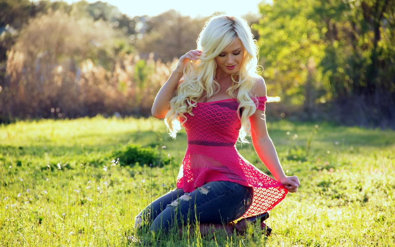 девушка, модель, aida ridic, блондинка, позирует, в розовом, джинсы, девушка на природе, зеленый газон, women, model, blonde, pose, in pink, jeans, women outdoors, green lawn