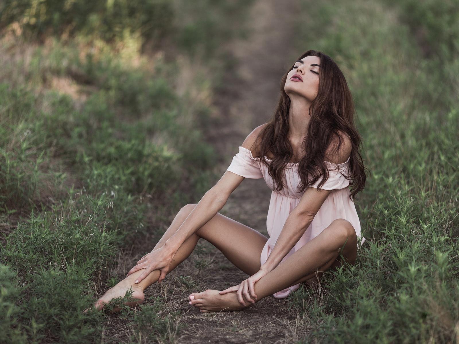 трава, прическа, зелень, шатенка, платье, на природе, поза, боке, поле, закрытые глаза, брюнетка, на земле, модель, голые плечи, сидит