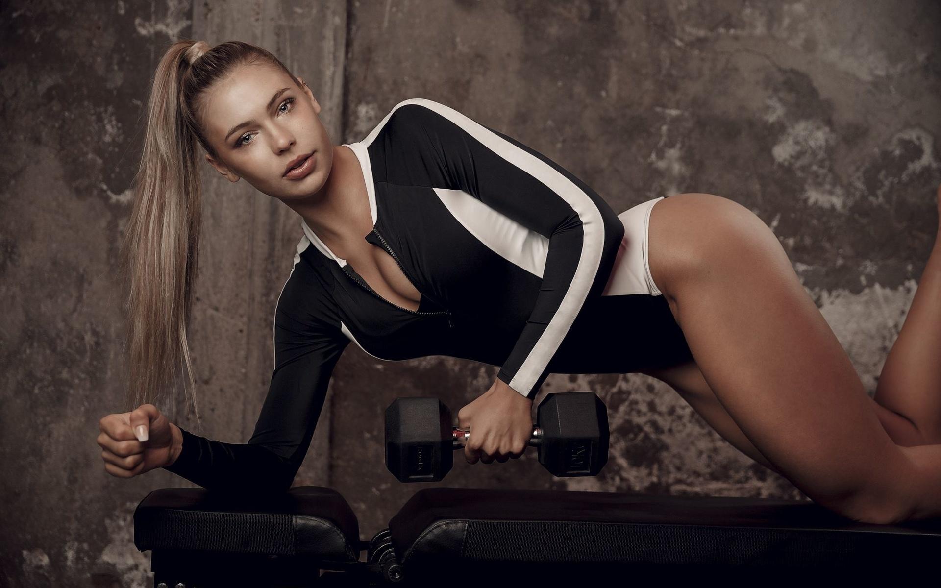 спортсменка, позирует, модель, jutta leerdam, конькобежный спорт, нидерланды,фото,журнал,fhm,блондинка,взгляд,прикид,фигурка,грудь,ножки,попа,хороша, гантеля,мотивация,стена,фон,красотка, секси