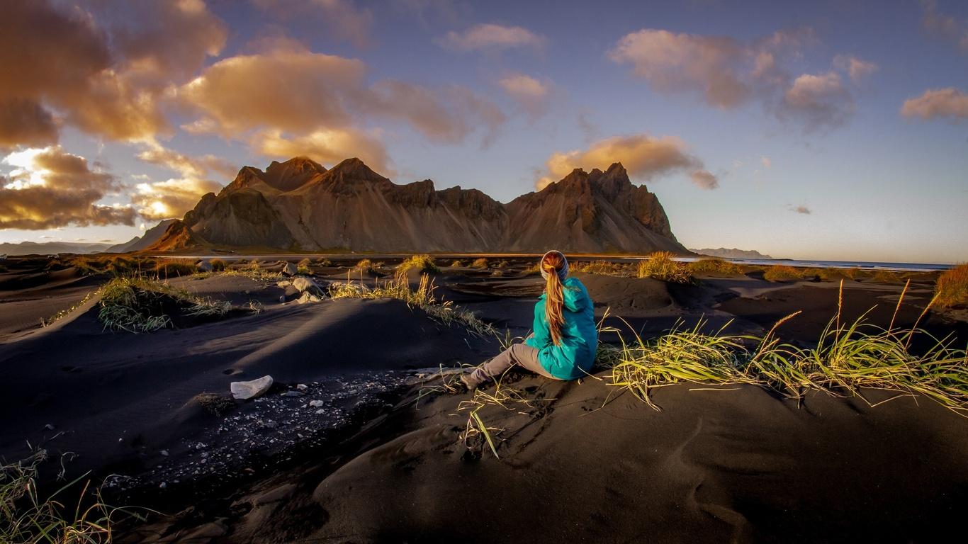 исландия, природа, пейзаж, горы, песок, дюны, трава, девушка