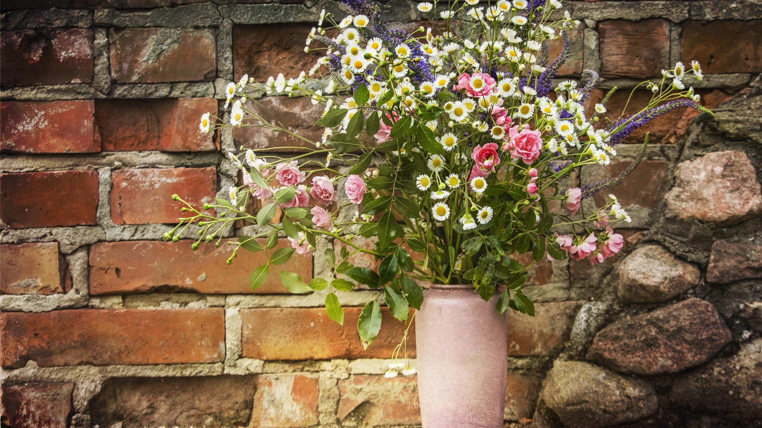 ваза, букет, цветы, стена, кирпич