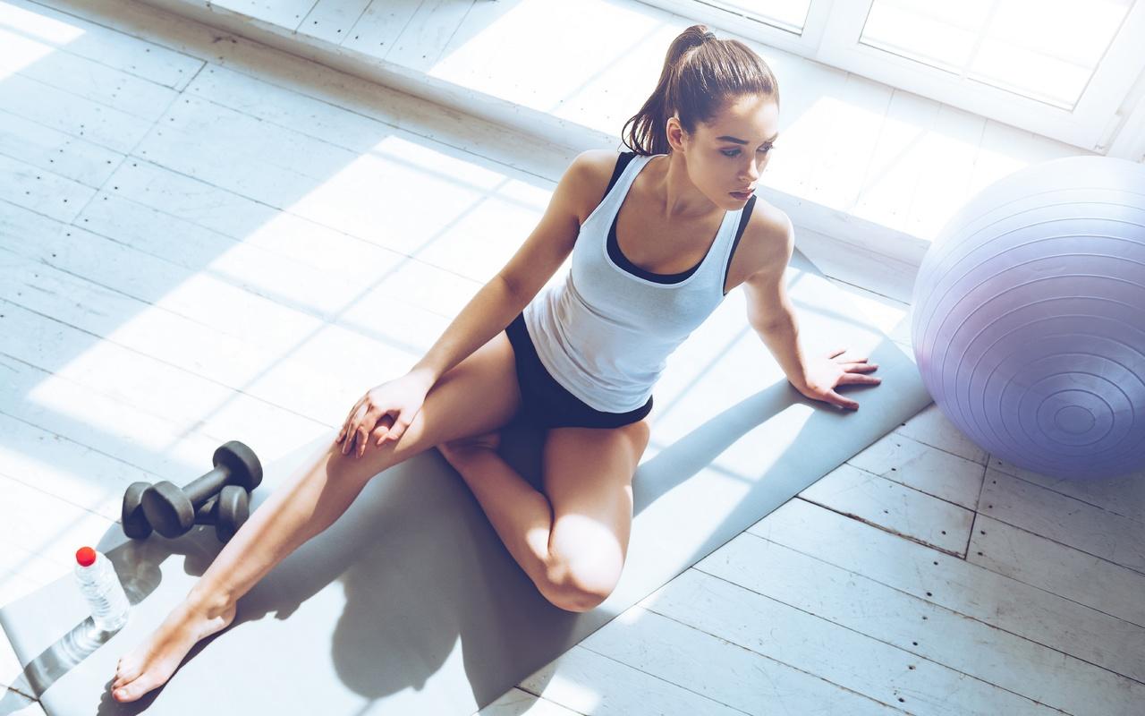 девушка, сидит, на полу, спортзал