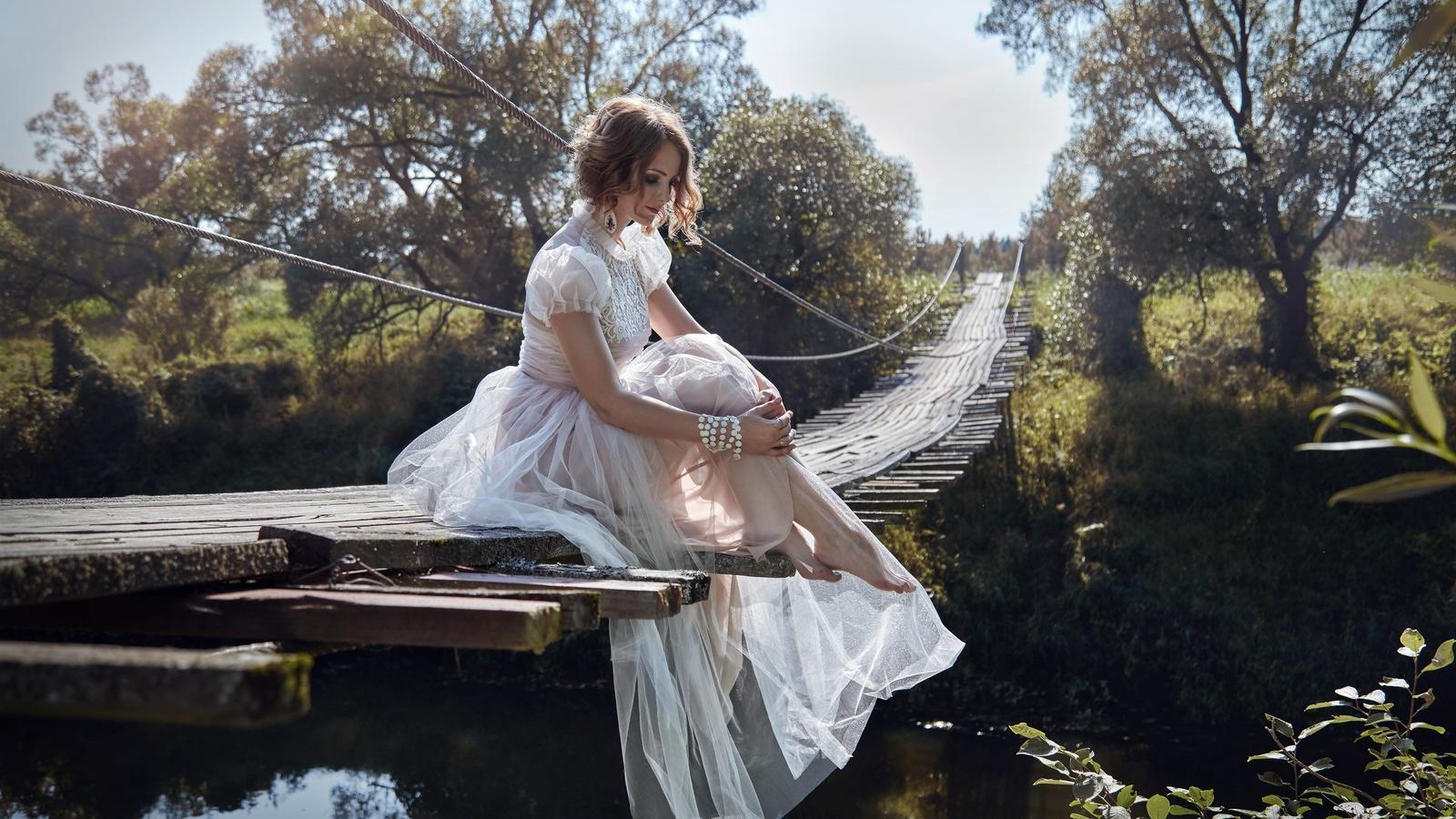 река, подвесной мост, девушка