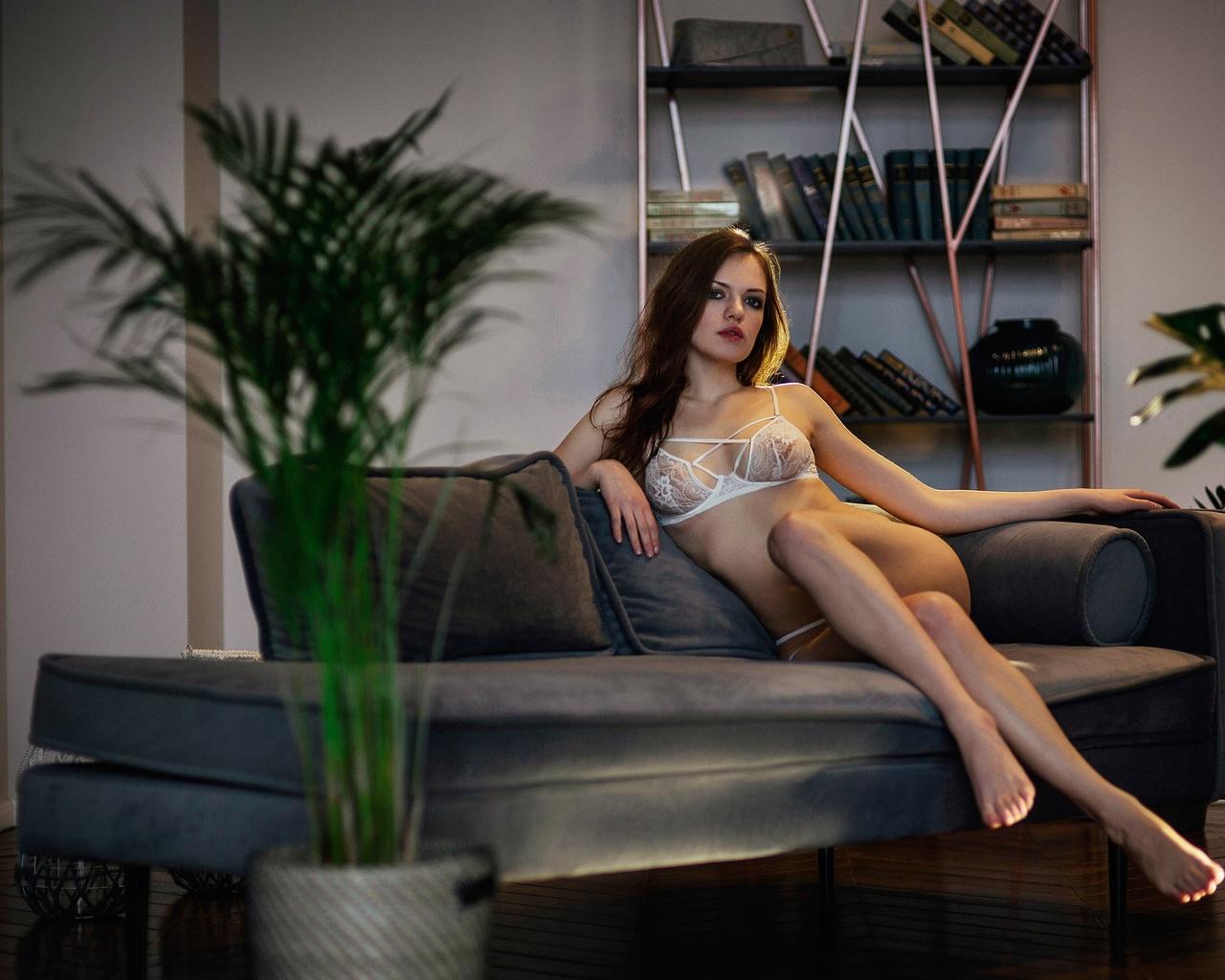 polly bound, девушка, диван, подушки