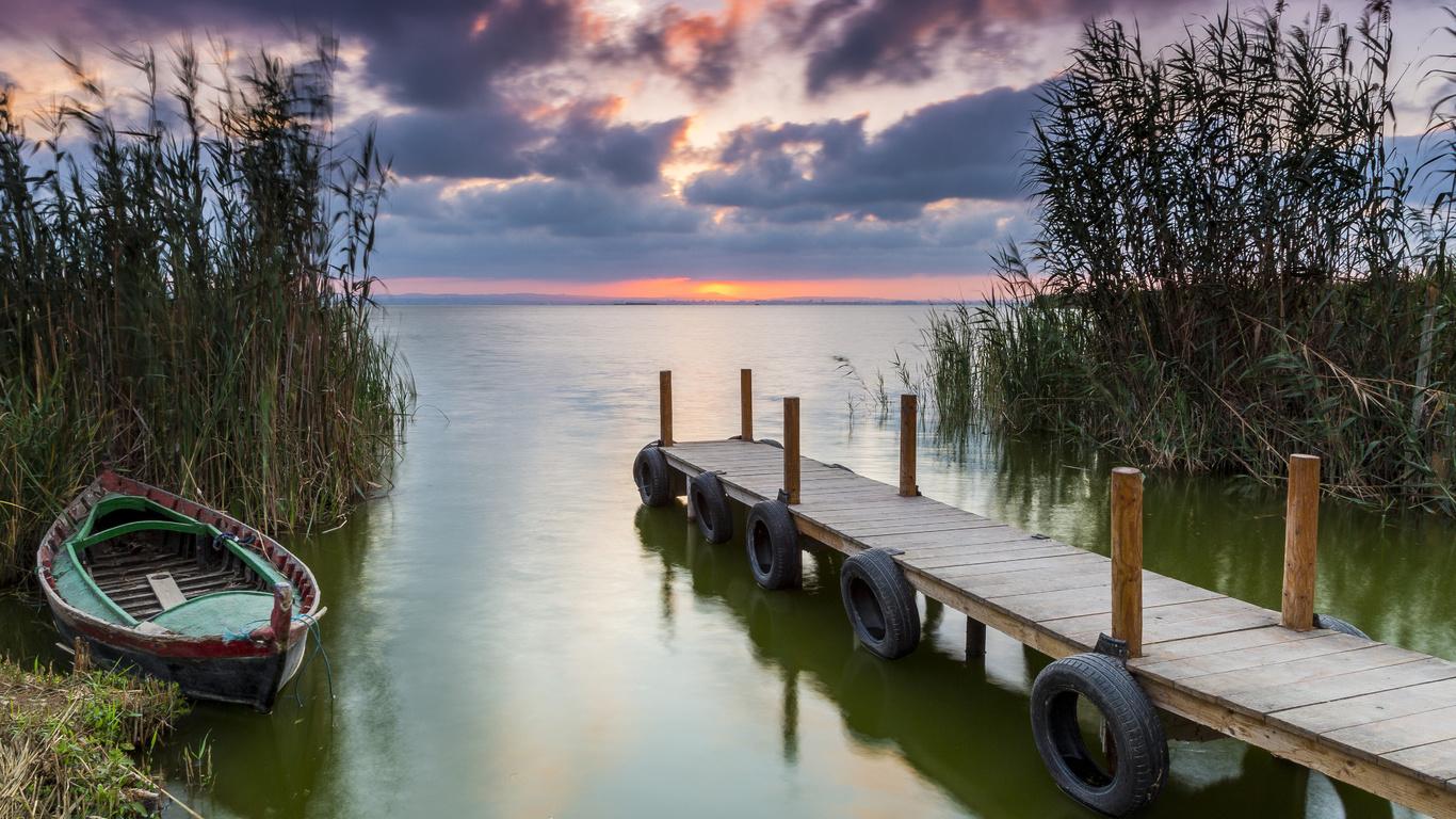 трава, пейзаж, закат, тучи, природа, озеро, лодка, мосток