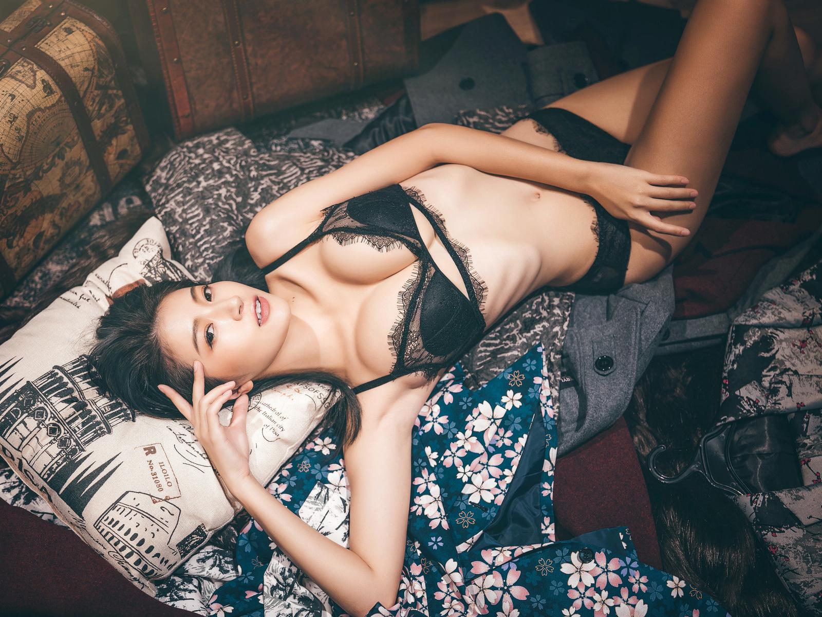 девушка, азиатка, подушки