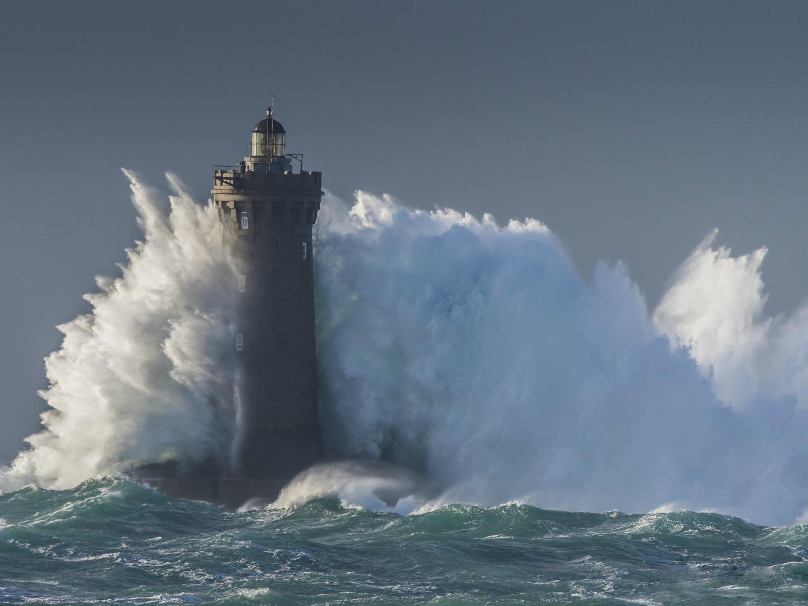 маяк, шторм, брызги