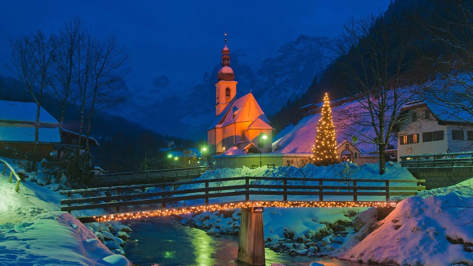 зима, снег, пейзаж, горы, ночь, природа, река, новый год, дома, германия, освещение, альпы, фонари, церковь, ёлка, мостик