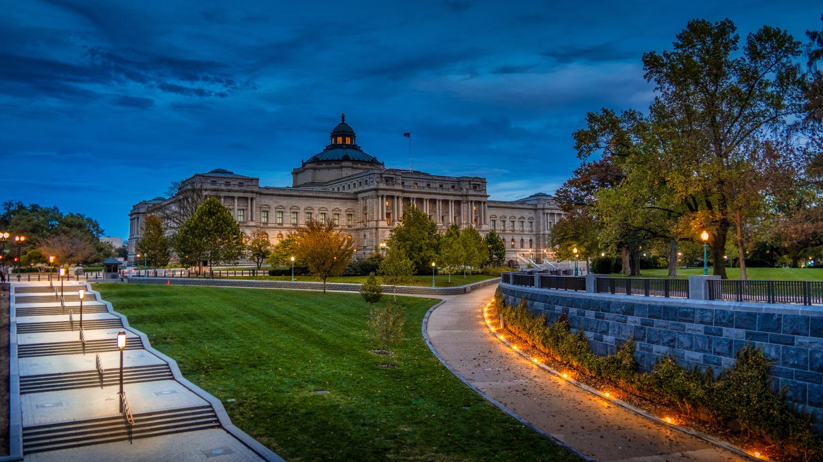 деревья, ночь, город, здание, дорожки, освещение, фонари, лестница, вашингтон, сша, лужайки, библиотека конгресса