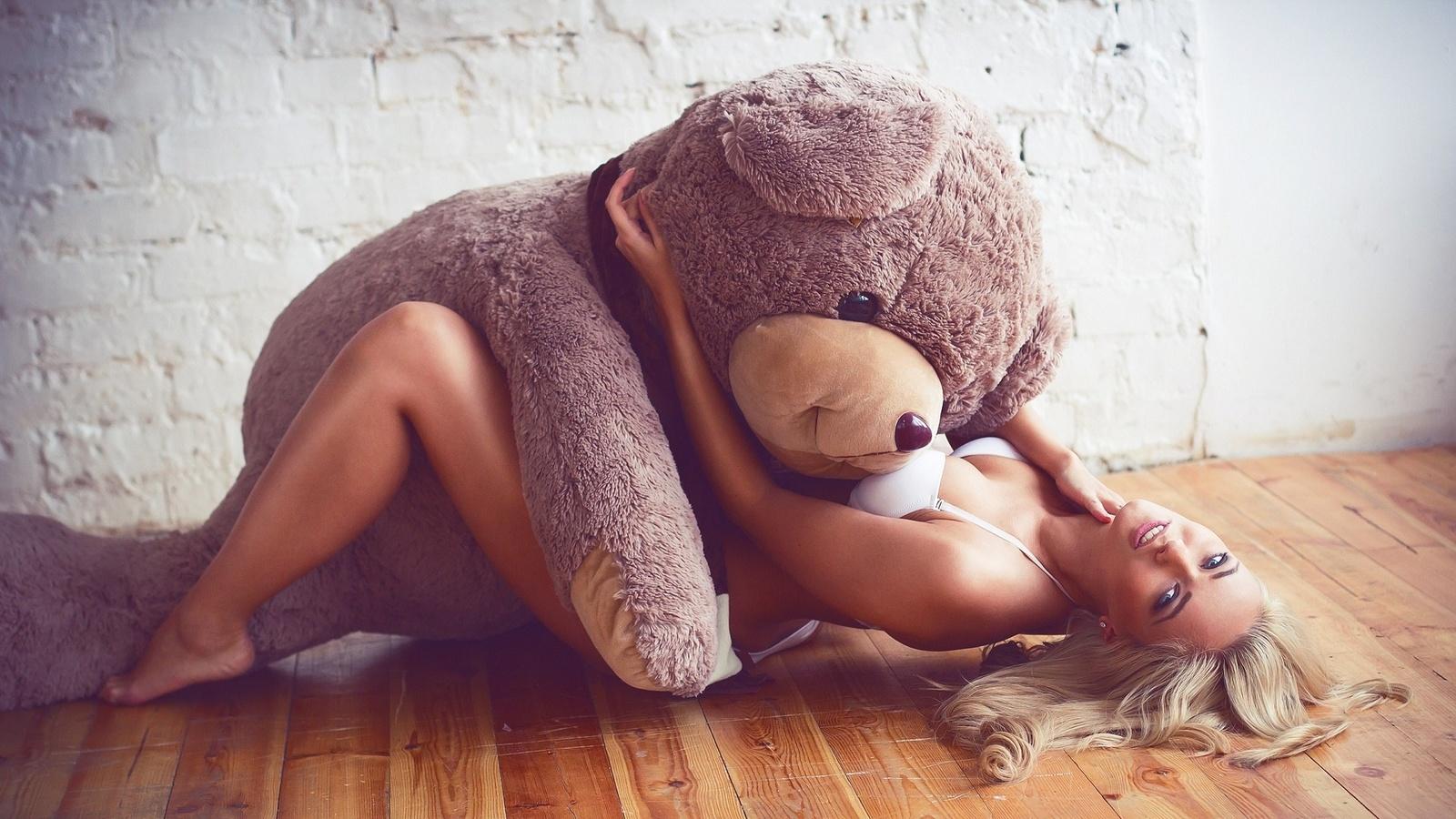 blonde, model, perfect, women, cute, ass, pretty, beautiful, bed, sexy, hot, window, wall, teddy, lying down, wooden floor, плюшевый мишка