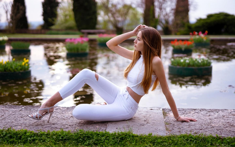 девушка, джинсы, в белом, позирует