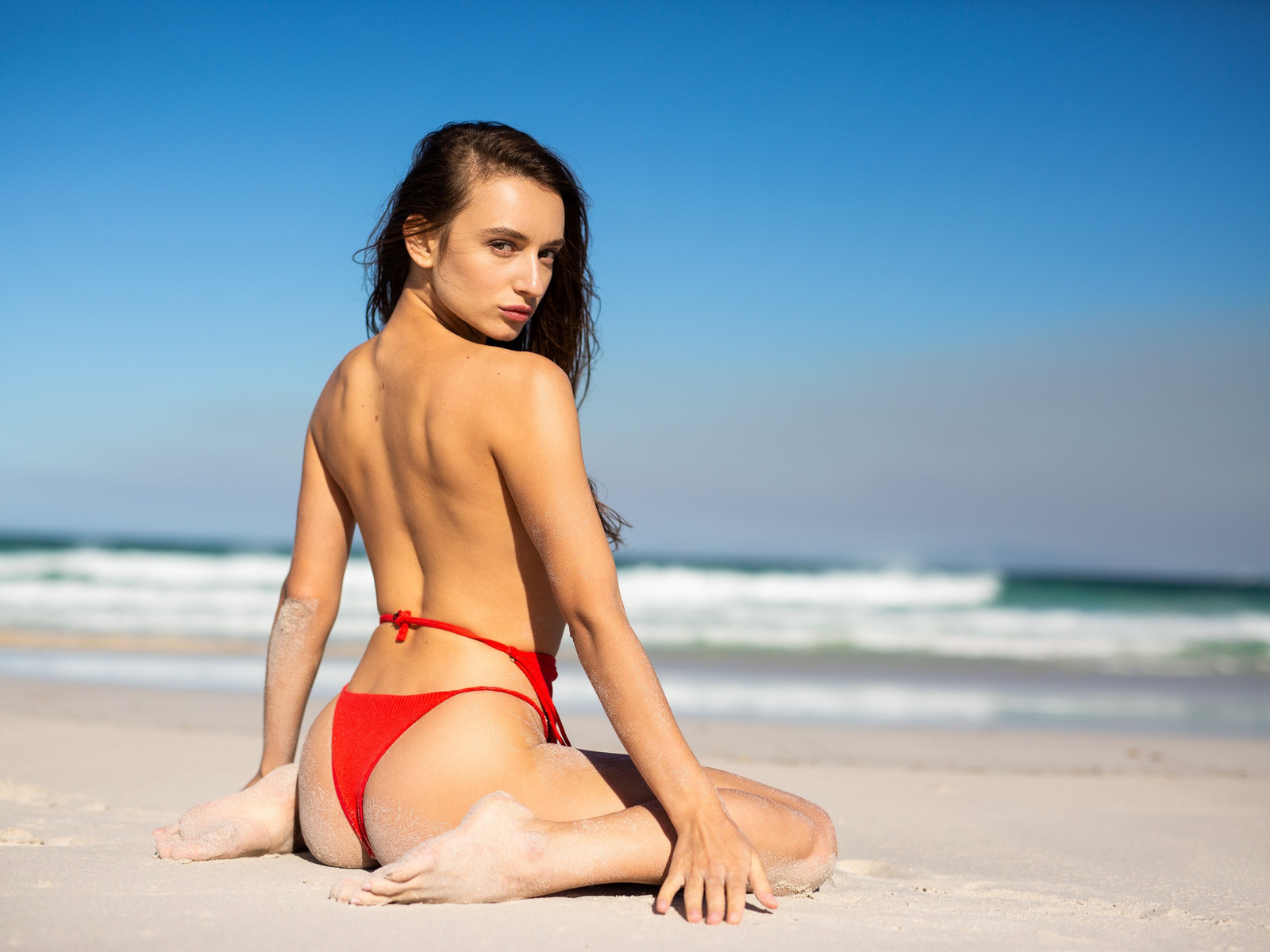 gloria sol, пляж, песок, сидит, купальник, взгляд, спина