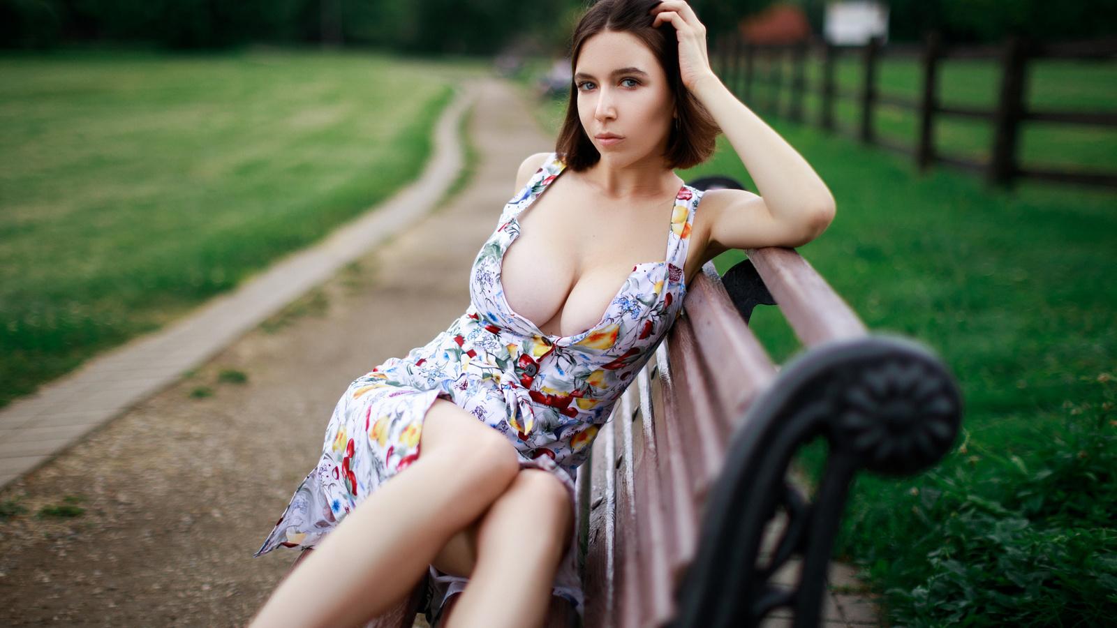 максим романов, проф фото, девушка,сидит,позирует,взгляд,платье,фигурка,грудь,большая,секси,улица,природа,скамейка, дорога, maksim romanov