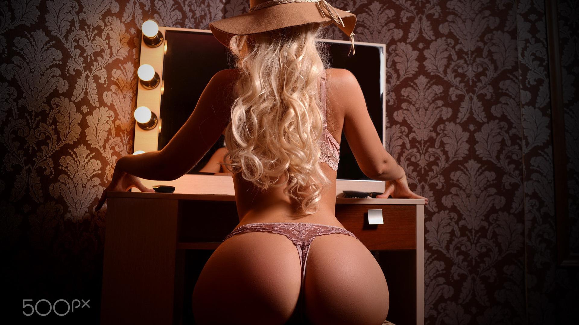 блондинка, поза, бельё, попа, блондинка,сидит,позирует,шляпа,фигурка,попка,сочная,секси,зеркало,фон