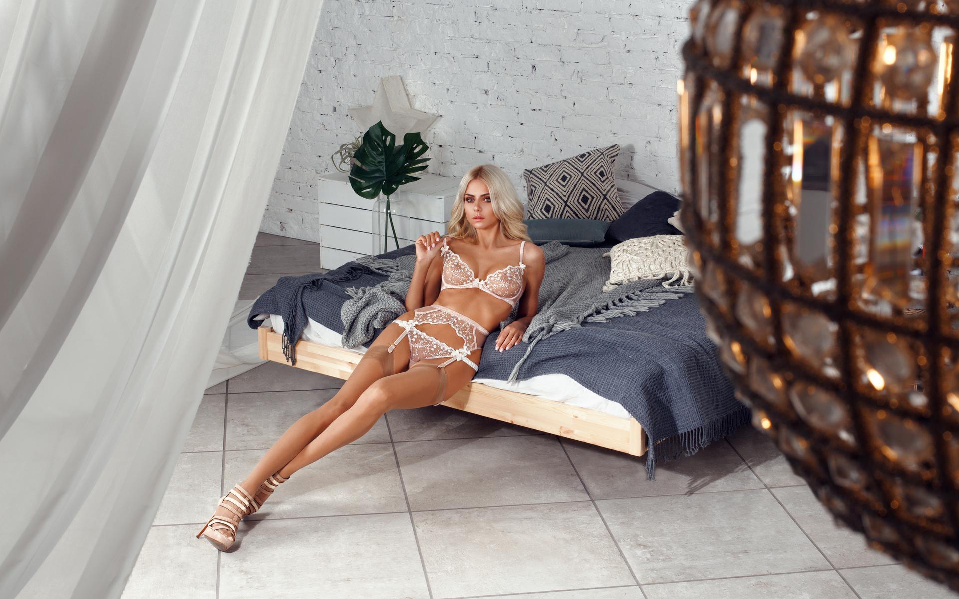 liza svistunova, девушка, блондинка, белое бельё, кровать, подушки, стена, кирпич