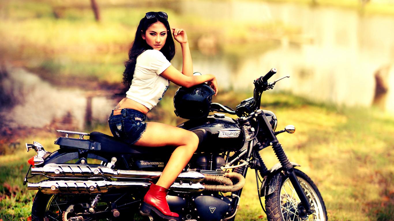 triumph, scrambler, 900, мотоцикл, девушка, брюнетка, взгляд, шлем