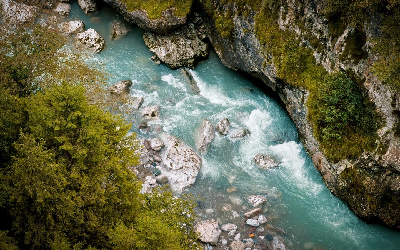 река, скалы, деревья, вид сверху