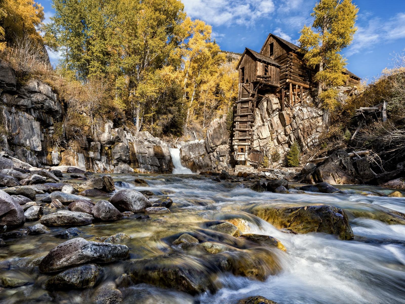 река, камни, избушка