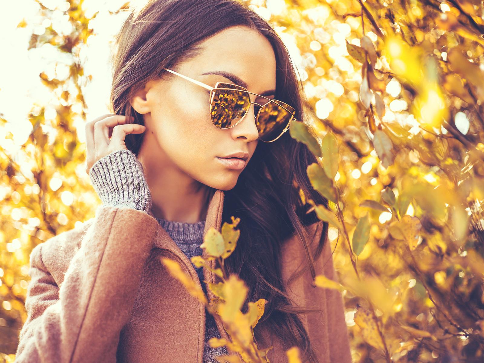 осень, размытый фон, шатенка, очки, руки, девушка